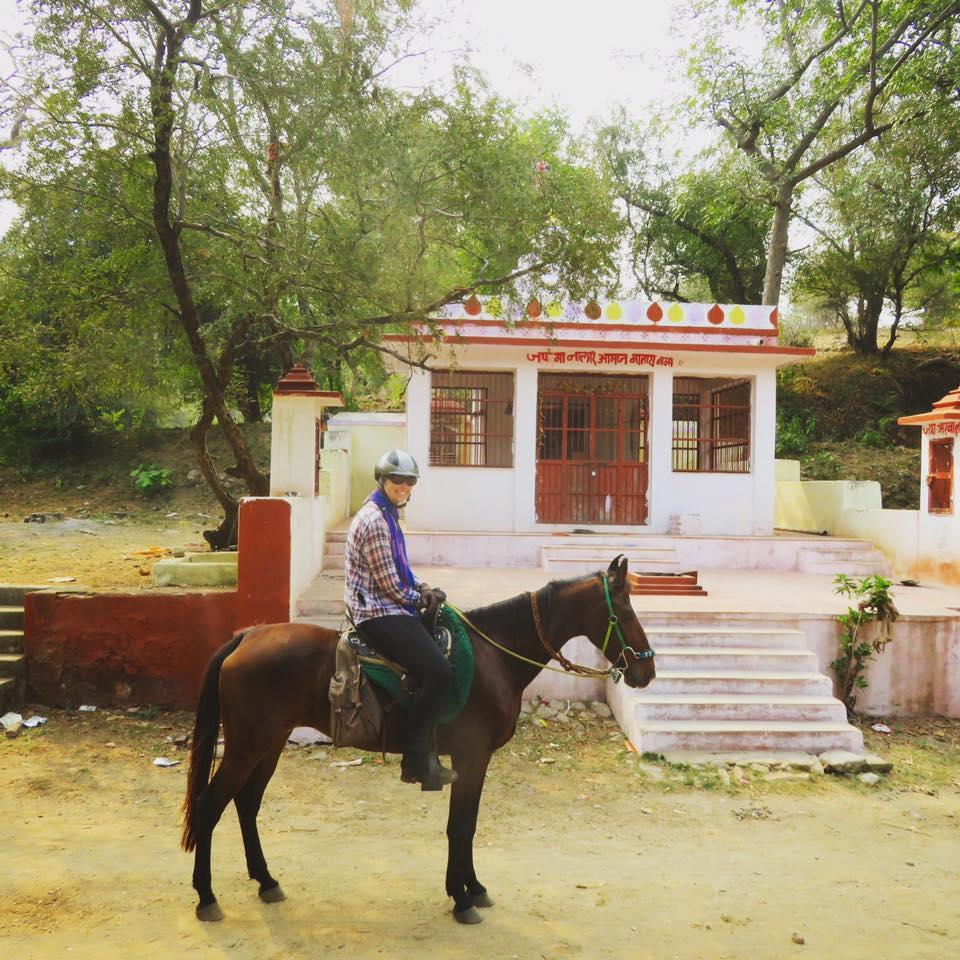 Paard en ruiter bij tempel