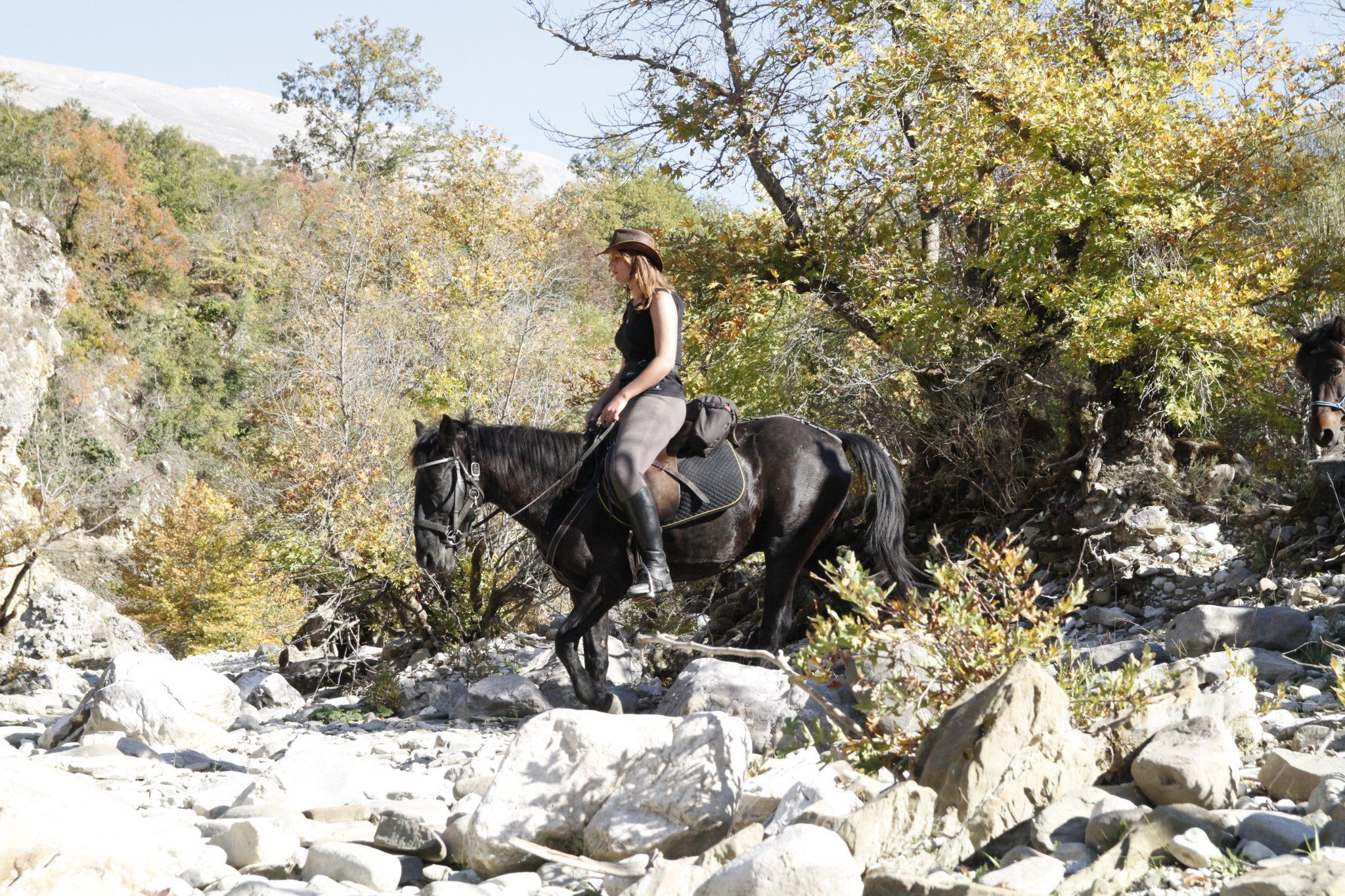 Buitenrit in de bergen van Albanië