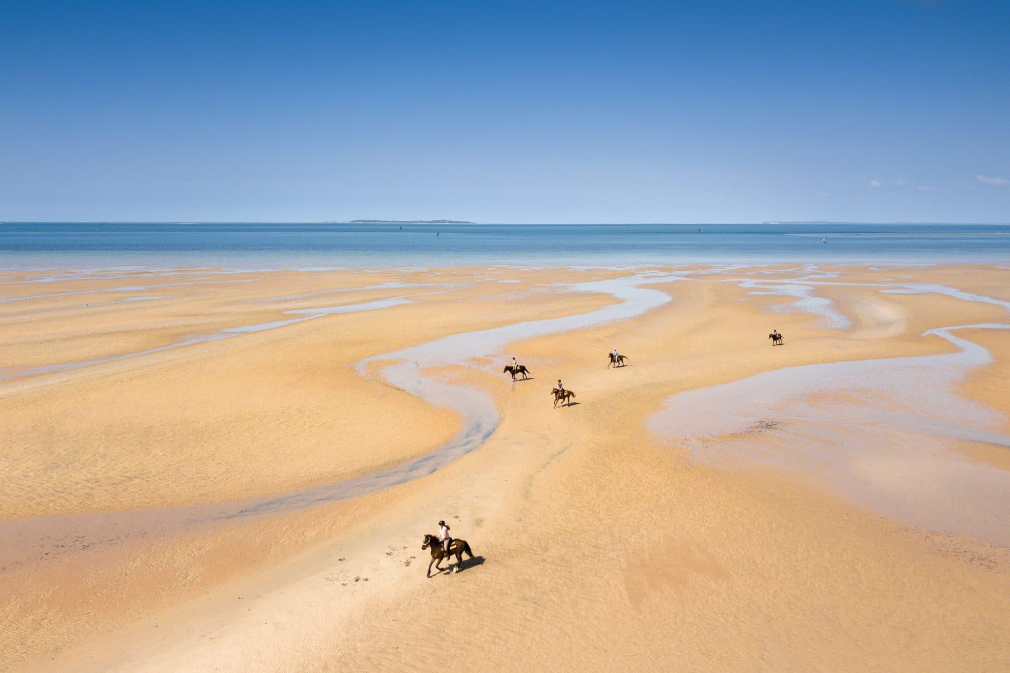 Paardrijden op het strand in Mozambique