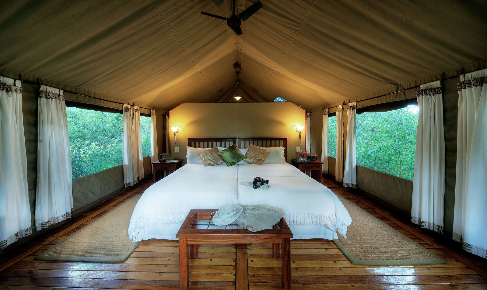 Luxe tent in kamp op safari in Afrika
