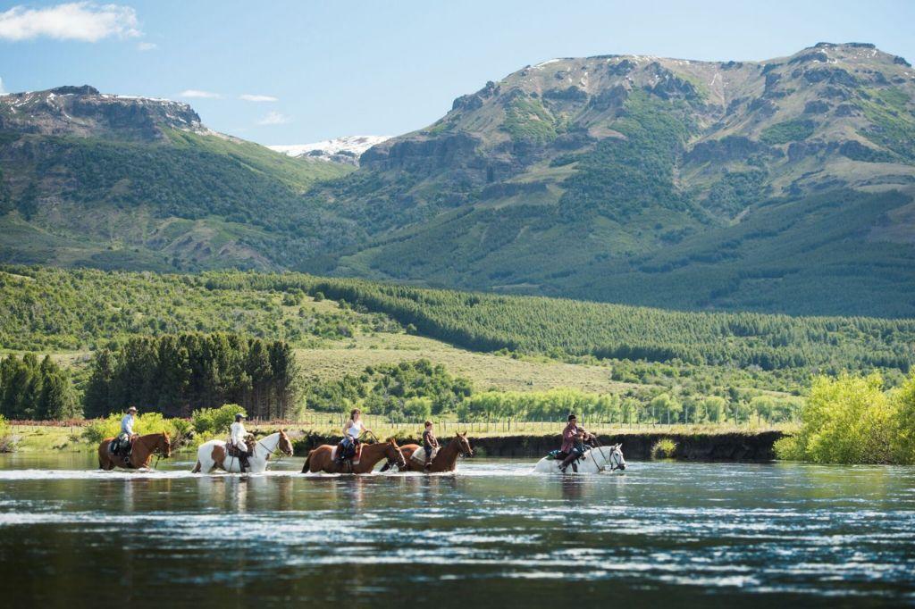 Paardrijden door een rivier in Argentinië