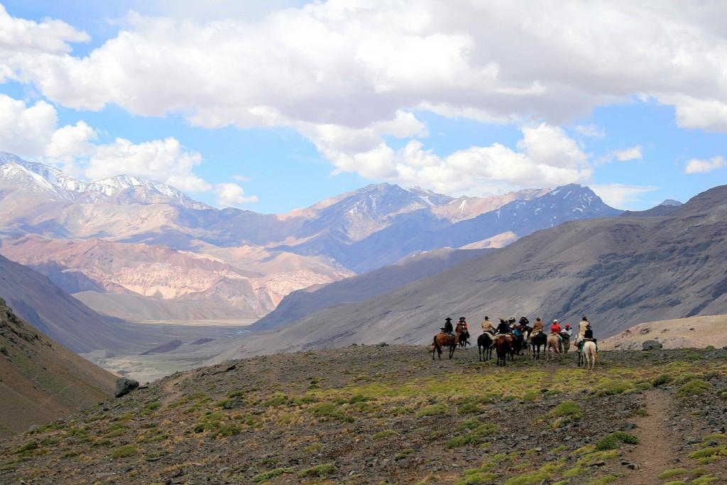Groep ruiters op paardenreis in Zuid-Amerika