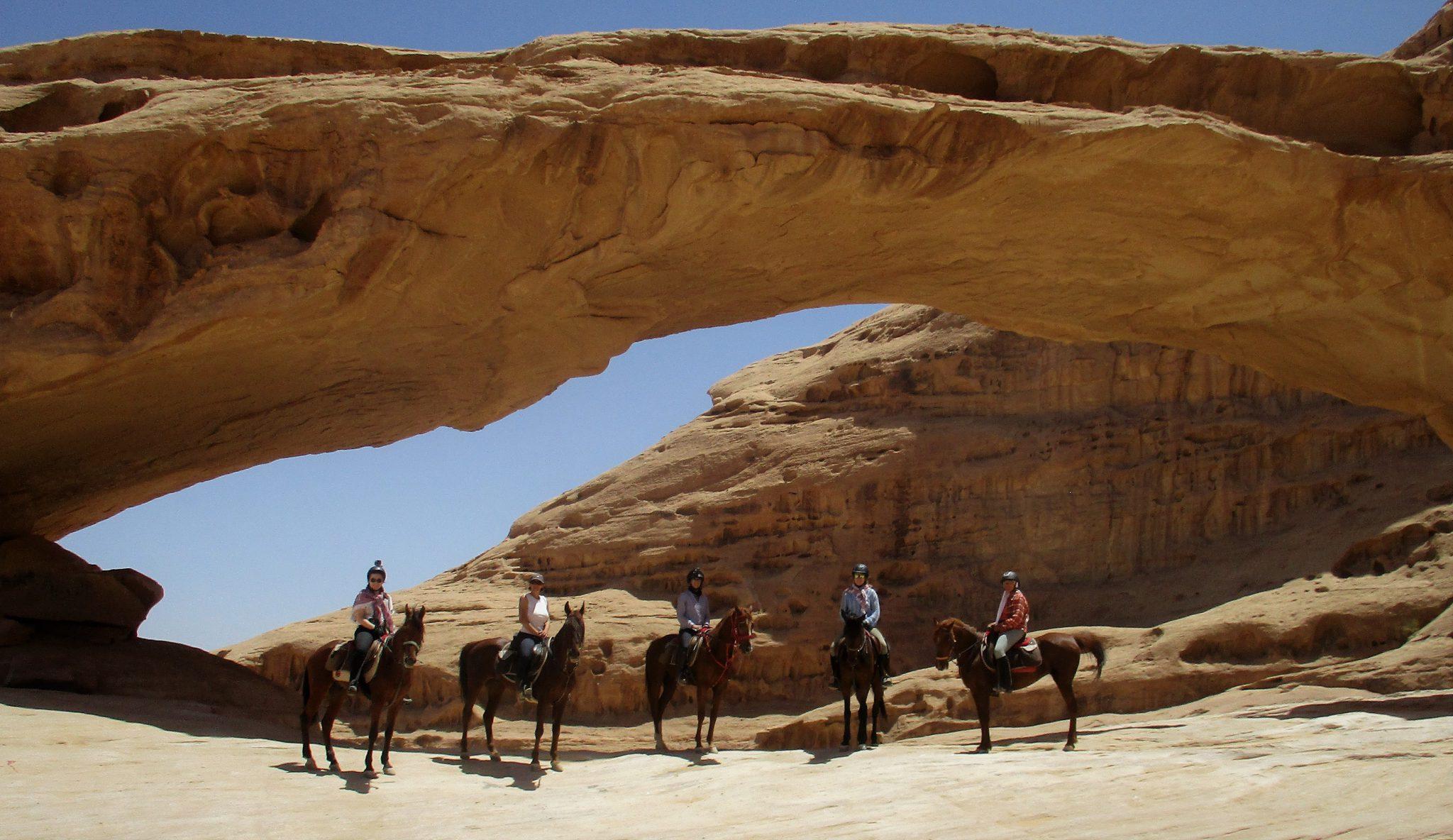 Paarden in de woestijn in Jordanië