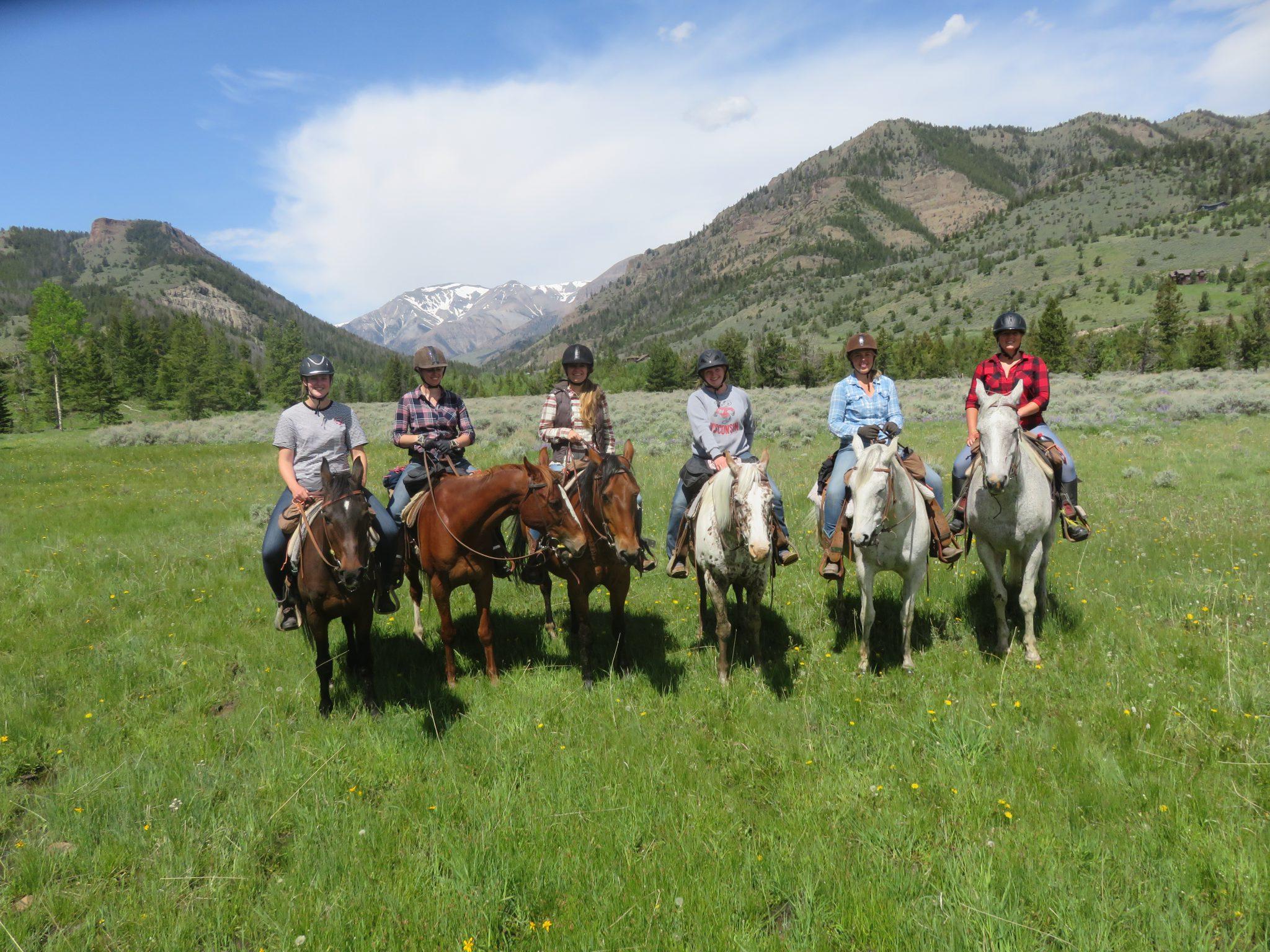 Groep ruiters op ranchvakantie in de VS